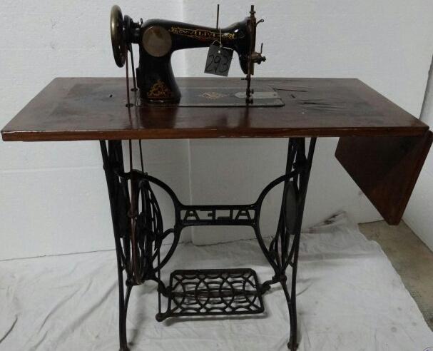 Antigua máquina de coser Alfa siglo XX.